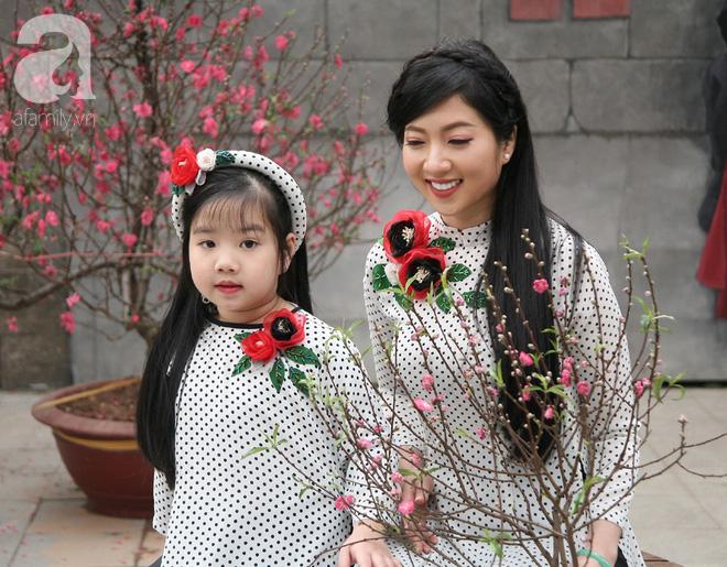 Người Hà Nội xúng xính áo dài Tết chụp ảnh trước cổng vòm phố Phùng Hưng - Ảnh 6.