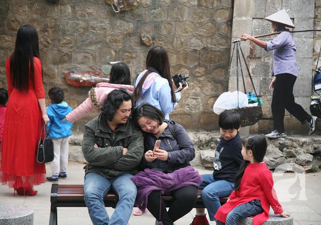 Người Hà Nội xúng xính áo dài Tết chụp ảnh trước cổng vòm phố Phùng Hưng - Ảnh 15.
