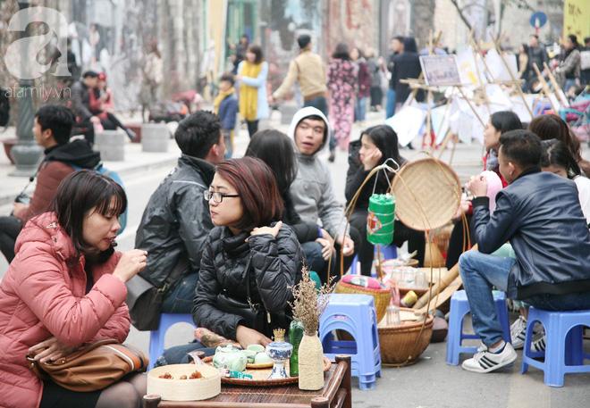 Người Hà Nội xúng xính áo dài Tết chụp ảnh trước cổng vòm phố Phùng Hưng - Ảnh 13.