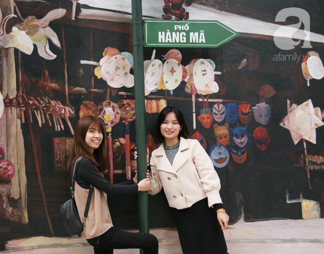 Người Hà Nội xúng xính áo dài Tết chụp ảnh trước cổng vòm phố Phùng Hưng - Ảnh 11.
