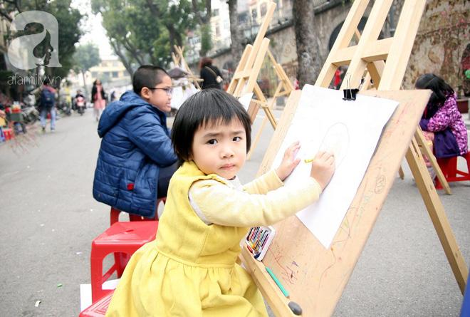 Người Hà Nội xúng xính áo dài Tết chụp ảnh trước cổng vòm phố Phùng Hưng - Ảnh 16.