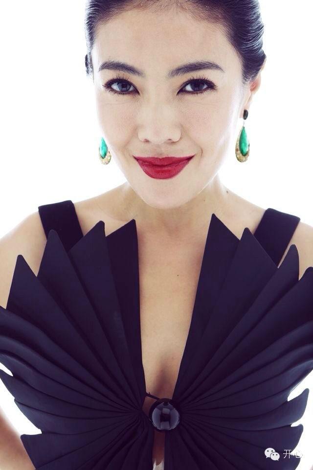 Ngắm phong cách của Tô Mang - người đàn bà U50 quyền lực trong giới thời trang Cbiz - Ảnh 1.