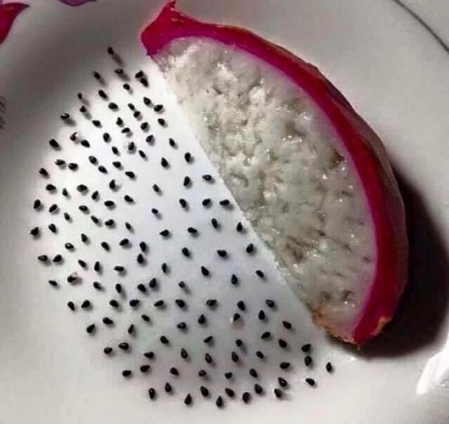 Nghiện nặn mụn, cô nàng đè đầu cả rổ dâu tây ra nặn hạt để thỏa mãn đam mê kỳ quái của mình - Ảnh 4.