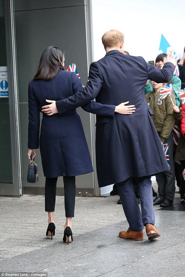 Mặc đẹp là thế nhưng hôn thê của Hoàng tử Harry lại quên một chi tiết rất nhỏ khiến tổng thể thiếu hoàn hảo - Ảnh 5.