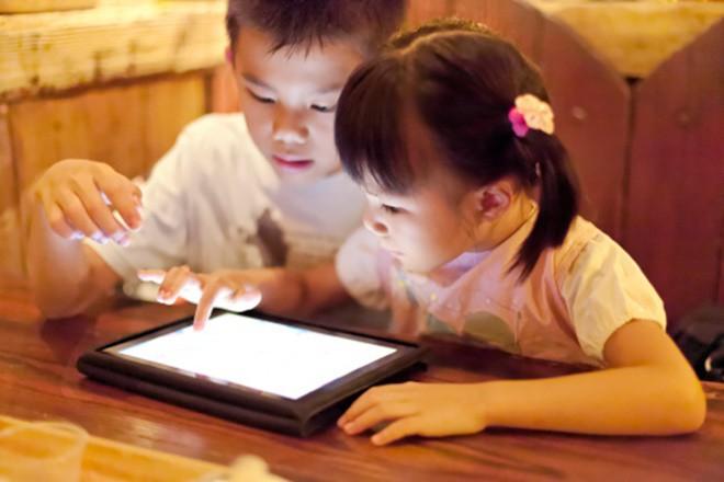Đọc xong bài viết này, 99% các mẹ sẽ ước giá như mình không đưa điện thoại cho con nhỏ để dỗ dành - Ảnh 1.