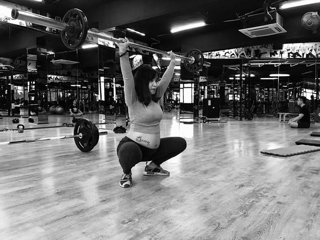 Bà bầu vượt mặt vẫn tập tạ ầm ầm khiến nhiều gym thủ bái phục - Ảnh 2.
