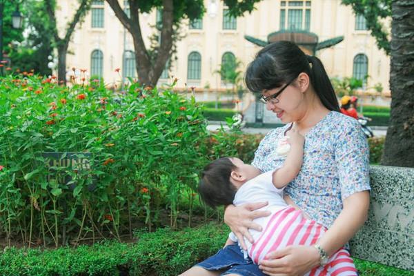 Những khoảnh khắc mẹ thần thái rạng ngời, ôm cho con bú: Huyền Baby tỏa sáng như nữ thần, Hằng túi kín đáo vẫn làm tròn thiên chức - Ảnh 15.