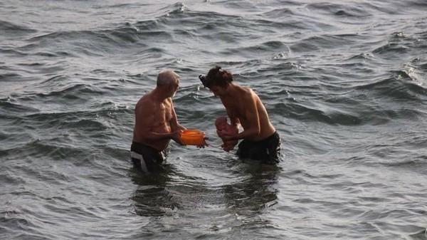 Khoảnh khắc tuyệt vời khi mẹ bầu người Nga trầm mình xuống biển để sinh con - Ảnh 2.