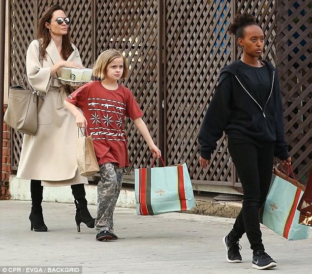 Angelina Jolie có hàng trăm tỷ, nhưng con gái cô lại mặc đồ giản dị và tự xách đồ khi mua sắm - Ảnh 1.