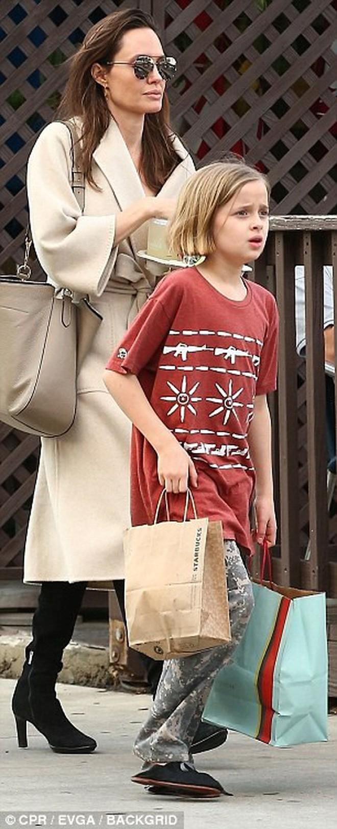 Angelina Jolie có hàng trăm tỷ, nhưng con gái cô lại mặc đồ giản dị và tự xách đồ khi mua sắm - Ảnh 2.