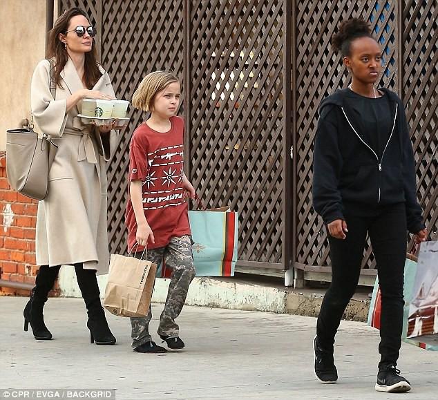 Angelina Jolie có hàng trăm tỷ, nhưng con gái cô lại mặc đồ giản dị và tự xách đồ khi mua sắm - Ảnh 5.
