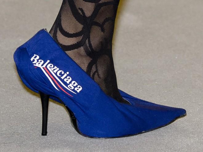 13,5 triệu đồng là số tiền bạn phải bỏ ra nếu muốn xỏ chân vào đôi dép lê của Balenciaga - Ảnh 6.