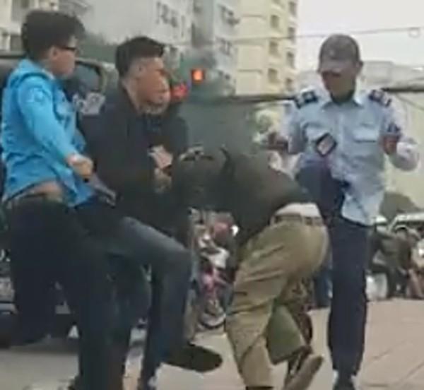 Hà Nội: Va chạm với xe buýt, tài xế già bị nhân viên xe buýt cầm gạch đập vào đầu - Ảnh 3.
