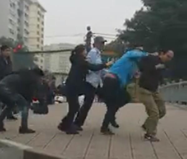 Hà Nội: Va chạm với xe buýt, tài xế già bị nhân viên xe buýt cầm gạch đập vào đầu - Ảnh 2.