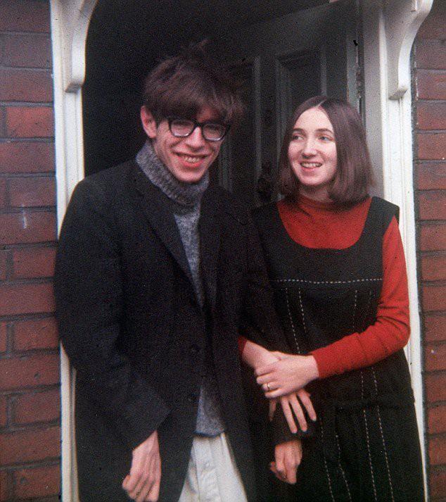 Stephen Hawking với 2 cuộc hôn nhân trái ngược, nhiều kịch tính và điều còn lại sau cùng hơn cả tình yêu - Ảnh 3.