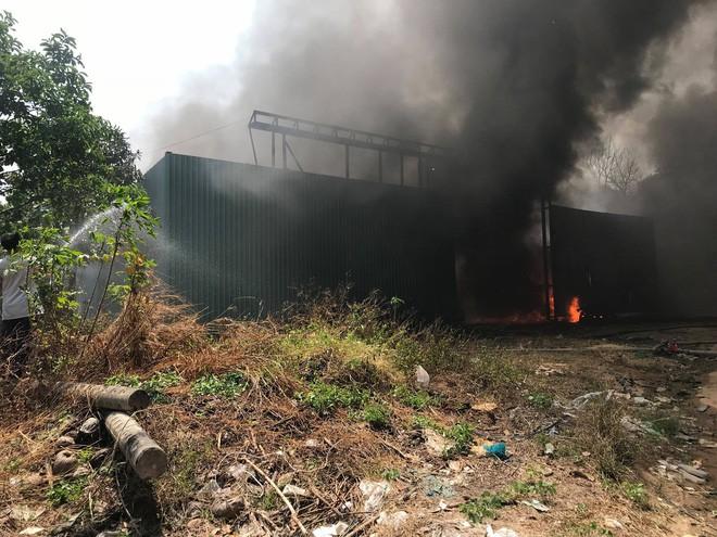 Cháy nổ ở xưởng phế phế liệu trong khu dân cư, học sinh tiểu học phải sơ tán - Ảnh 2.