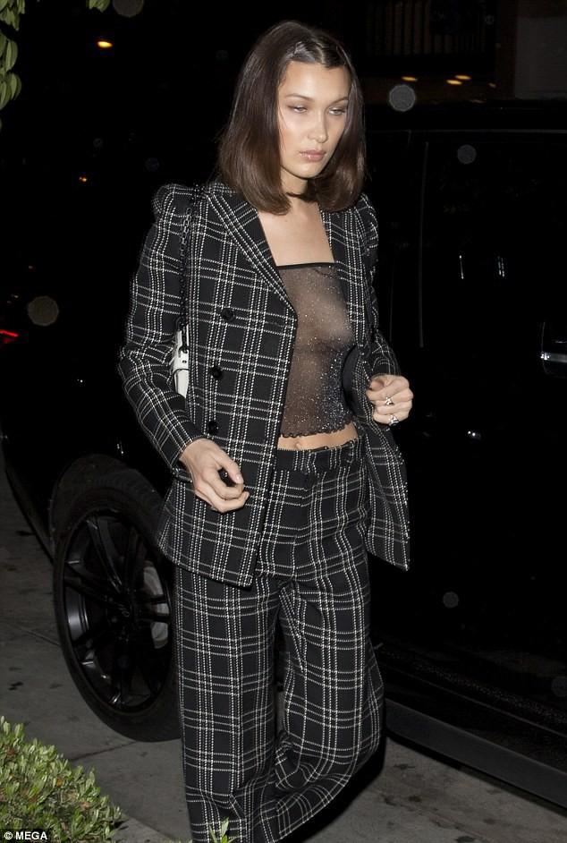 Mặc áo xuyên thấu lộ cả nhũ hoa, Bella Hadid quyết tranh spotlight với Gigi và Zayn? - ảnh 4