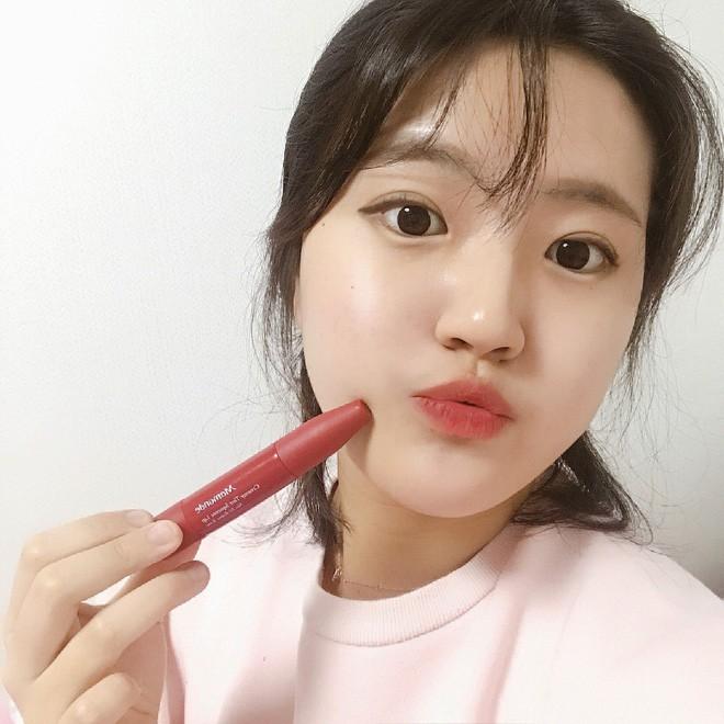 Trong khi con gái Việt mê mẩn 3CE thì con gái Hàn lại đang đắm chìm với cây son kem bóp để tô hay ho với toàn màu siêu đẹp này - Ảnh 10.
