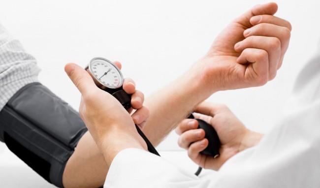 Chuyên gia hướng dẫn sơ cứu đúng cách khi bị hạ huyết áp, tránh biến chứng tim mạch cực nguy hiểm - Ảnh 1.