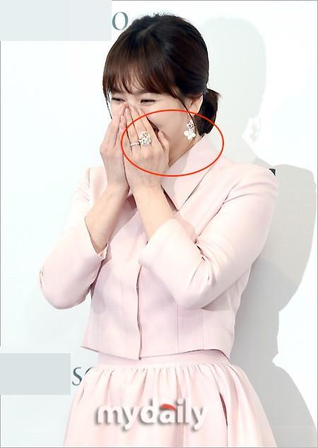 Bên cạnh bộ trang sức tiền tỉ, còn có 1 sự thật về bộ váy hồng của Song Hye Kyo mà bạn cần biết - Ảnh 2.
