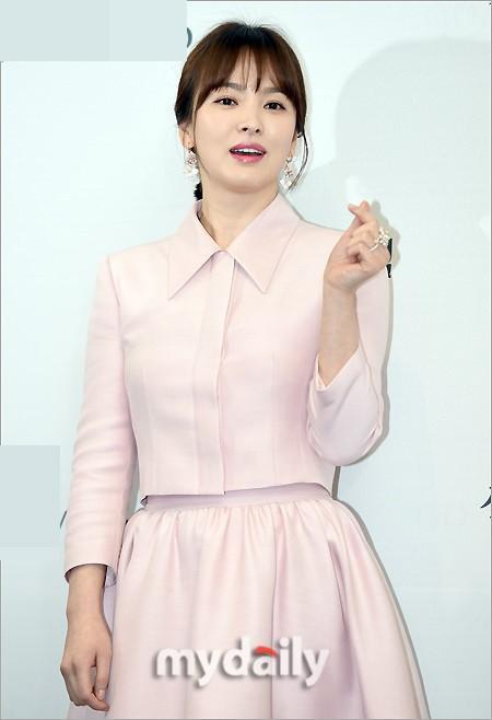 Bên cạnh bộ trang sức tiền tỉ, còn có 1 sự thật về bộ váy hồng của Song Hye Kyo mà bạn cần biết - Ảnh 5.