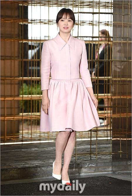 Bên cạnh bộ trang sức tiền tỉ, còn có 1 sự thật về bộ váy hồng của Song Hye Kyo mà bạn cần biết - Ảnh 1.