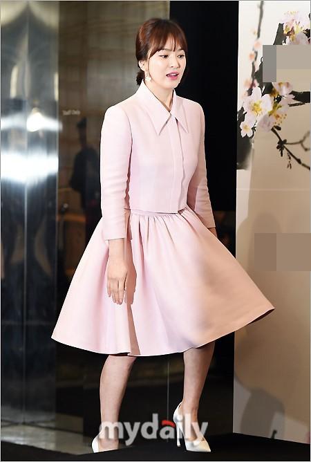Bên cạnh bộ trang sức tiền tỉ, còn có 1 sự thật về bộ váy hồng của Song Hye Kyo mà bạn cần biết - Ảnh 6.