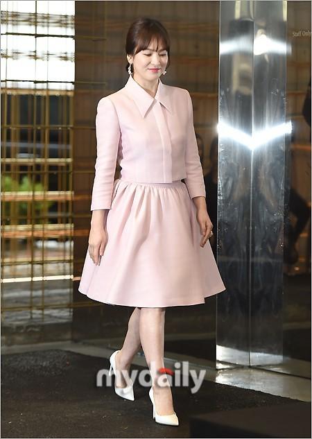 Bên cạnh bộ trang sức tiền tỉ, còn có 1 sự thật về bộ váy hồng của Song Hye Kyo mà bạn cần biết - Ảnh 7.
