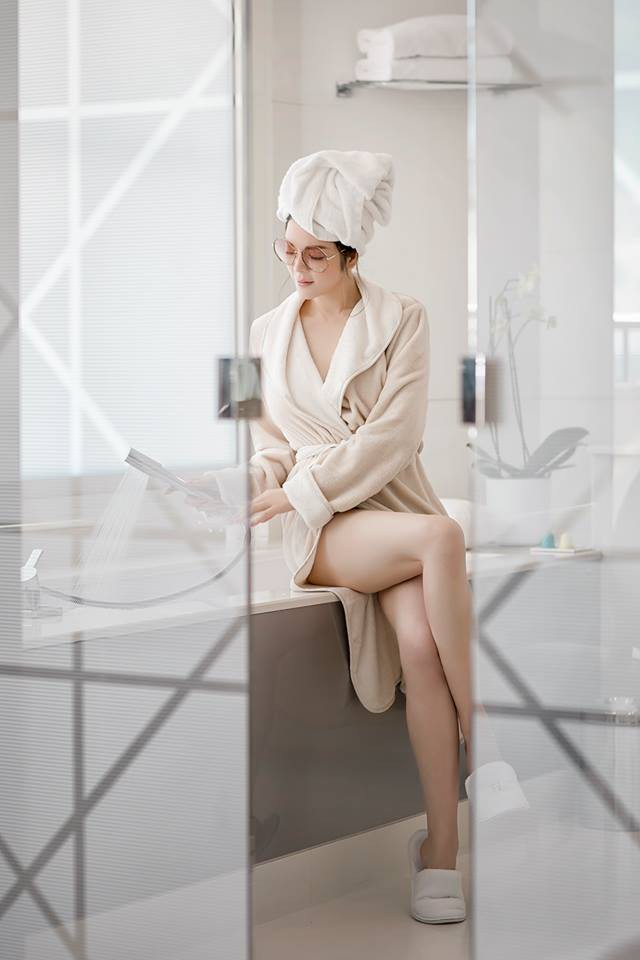 Sau kiểu tóc ướt như vừa gội đầu, sao Việt giờ còn chuộng cả phong cách quấn khăn và choàng áo tắm phô diễn vóc dáng - Ảnh 6.