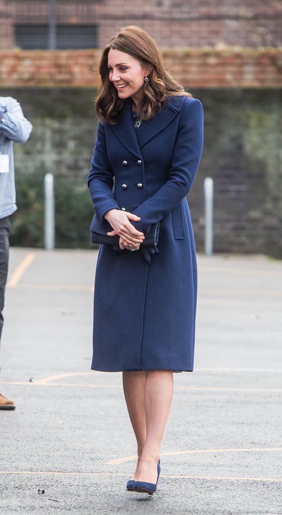Để ý sẽ thấy, phong cách bầu bí lần 3 của Công nương Kate chỉ gói gọn bằng màu xanh cobalt - Ảnh 12.