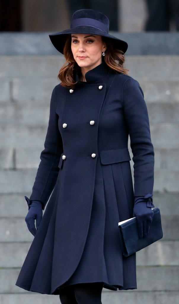 Để ý sẽ thấy, phong cách bầu bí lần 3 của Công nương Kate chỉ gói gọn bằng màu xanh cobalt - Ảnh 13.