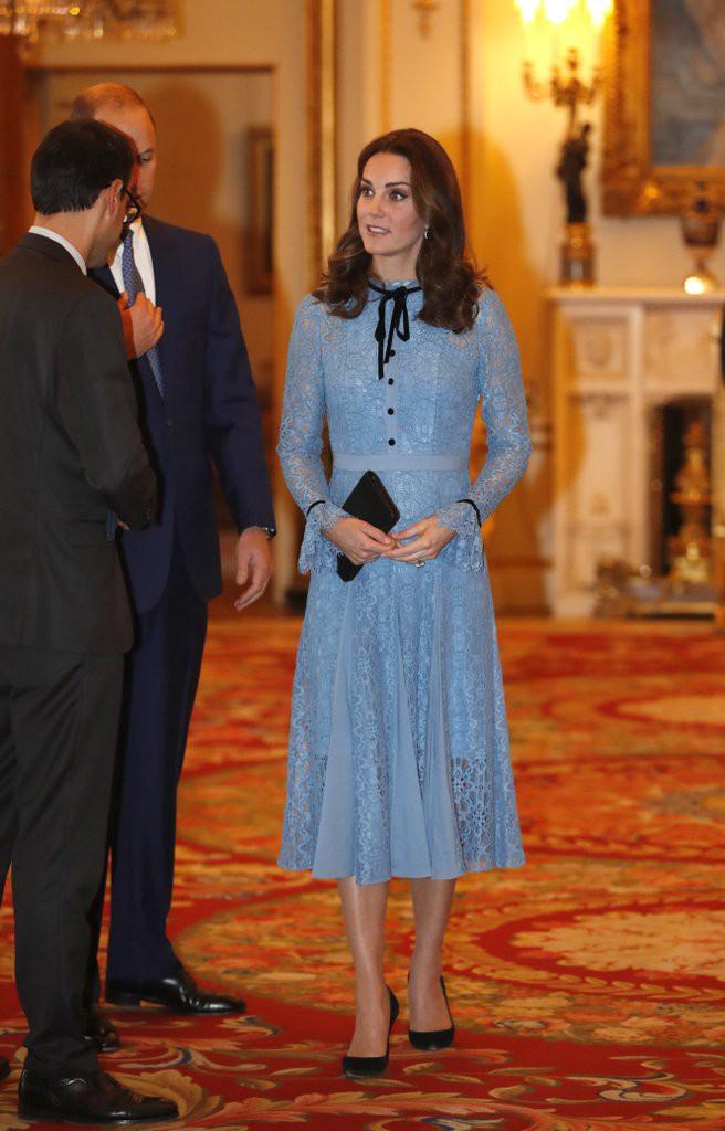 Để ý sẽ thấy, phong cách bầu bí lần 3 của Công nương Kate chỉ gói gọn bằng màu xanh cobalt - Ảnh 16.