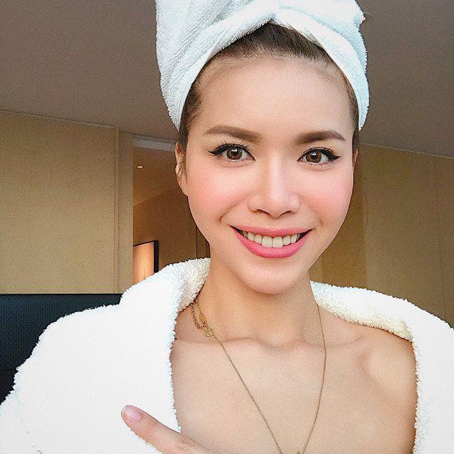 Sau kiểu tóc ướt như vừa gội đầu, sao Việt giờ còn chuộng cả phong cách quấn khăn và choàng áo tắm phô diễn vóc dáng - Ảnh 12.
