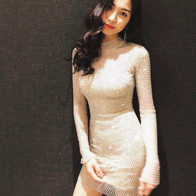 Hết sang Thái hò hét cổ vũ, Hòa Minzy mặc lại váy cũ của Hoa hậu Hương Giang - Ảnh 2.