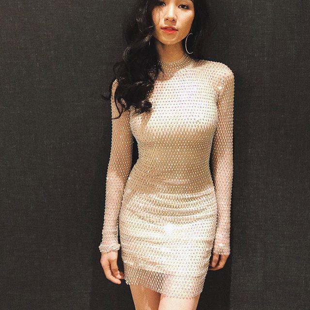 Hết sang Thái hò hét cổ vũ, Hòa Minzy mặc lại váy cũ của Hoa hậu Hương Giang - Ảnh 3.