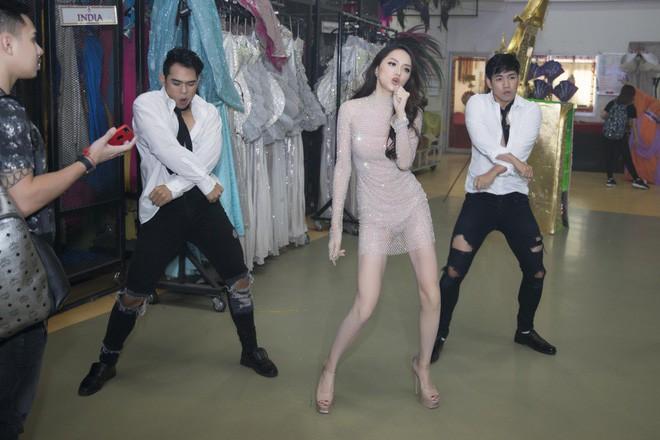 Hết sang Thái hò hét cổ vũ, Hòa Minzy mặc lại váy cũ của Hoa hậu Hương Giang - Ảnh 6.