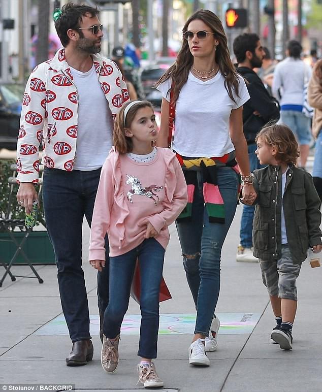 Sau 10 năm vợ chồng hạnh phúc, thiên thần nội y Alessandra Ambrosio tuyên bố đã ly hôn - Ảnh 1.