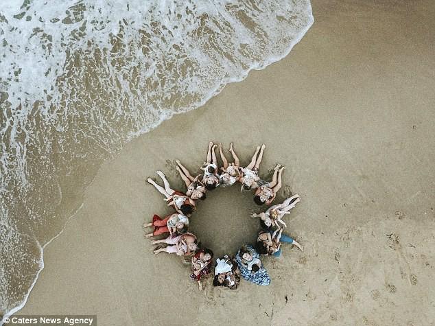Cộng đồng mạng nức lòng với những bà mẹ ngực trần cho con bú nơi bãi biển tuyệt đẹp - Ảnh 12.