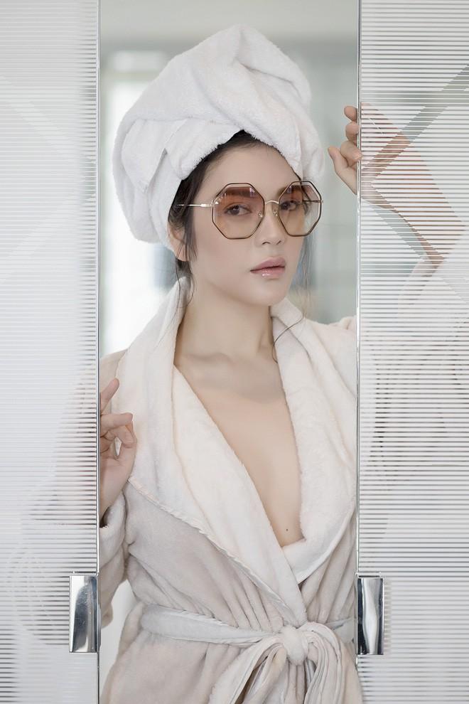 Sau kiểu tóc ướt như vừa gội đầu, sao Việt giờ còn chuộng cả phong cách quấn khăn và choàng áo tắm phô diễn vóc dáng - Ảnh 9.
