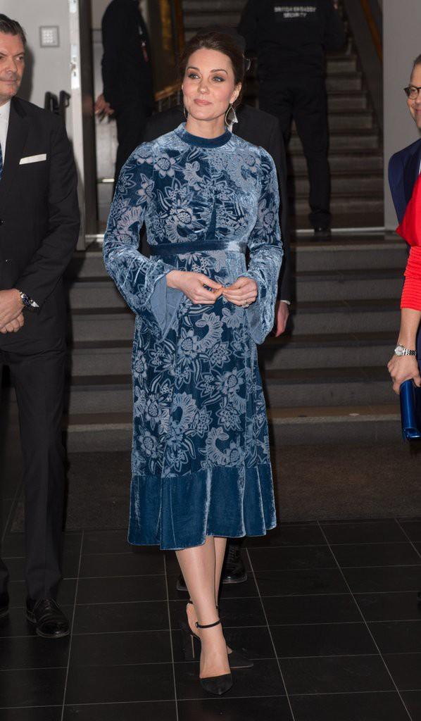 Để ý sẽ thấy, phong cách bầu bí lần 3 của Công nương Kate chỉ gói gọn bằng màu xanh cobalt - Ảnh 9.