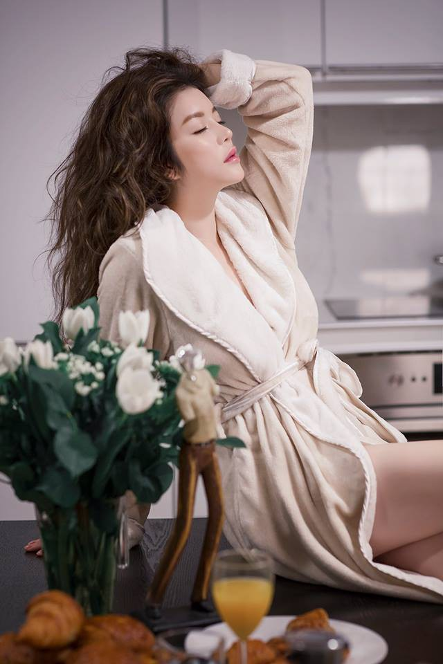 Sau kiểu tóc ướt như vừa gội đầu, sao Việt giờ còn chuộng cả phong cách quấn khăn và choàng áo tắm phô diễn vóc dáng - Ảnh 8.