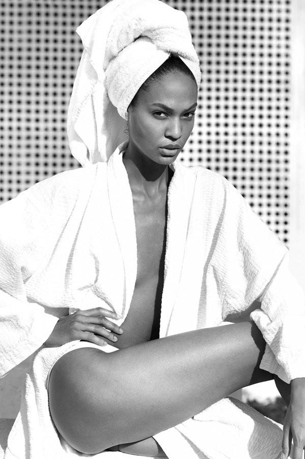 Sau kiểu tóc ướt như vừa gội đầu, sao Việt giờ còn chuộng cả phong cách quấn khăn và choàng áo tắm phô diễn vóc dáng - Ảnh 2.