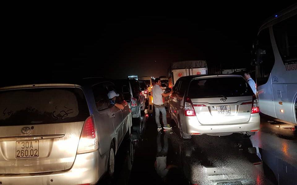 Chôn chân trên cao tốc Pháp Vân – Cầu Giẽ hơn 5 tiếng đồng hồ sau vụ va chạm giữa xe cứu hỏa và xe khách