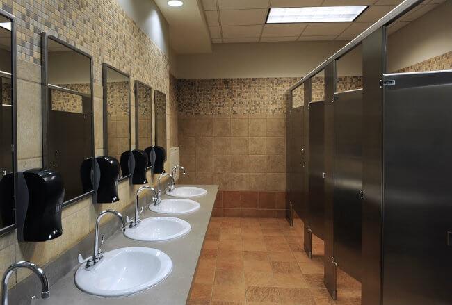 Nếu còn cho con đi vệ sinh một mình ở nhà toilet công cộng, hãy đọc ngay cảnh báo về kẻ săn mồi của bà mẹ này - Ảnh 1.