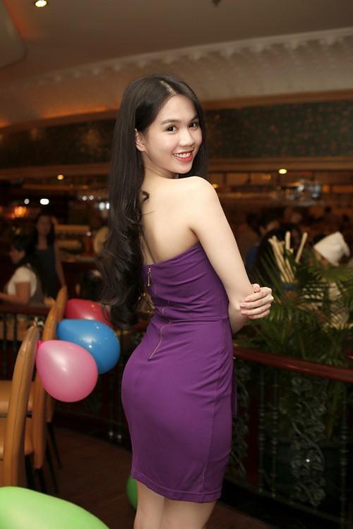 Cả kho đồ hiệu nhưng lại chọn mặc chiếc váy tím lịm của 5 năm trước, Ngọc Trinh bị chê sến và lạc điệu - Ảnh 10.