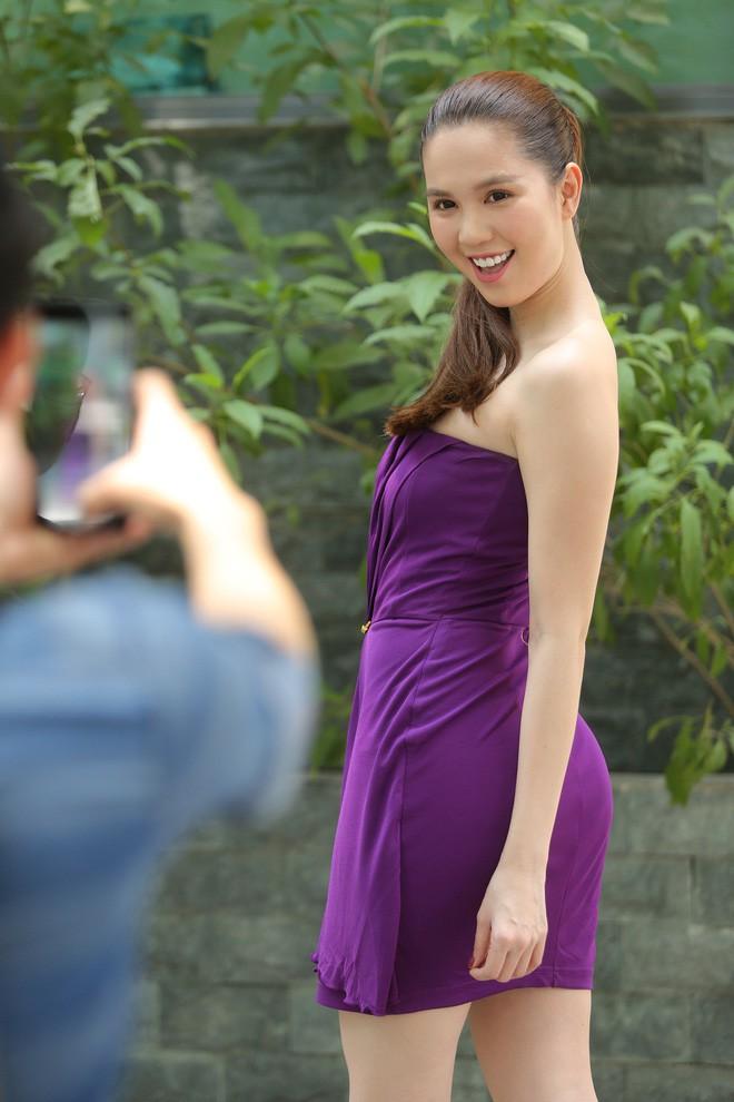 Cả kho đồ hiệu nhưng lại chọn mặc chiếc váy tím lịm của 5 năm trước, Ngọc Trinh bị chê sến và lạc điệu - Ảnh 6.