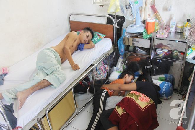 Mẹ bỏ đi lấy chồng, hai đứa trẻ nghỉ học vào bệnh viện chăm sóc anh trai tàn tật, đau đớn không có tiền chữa trị - Ảnh 10.