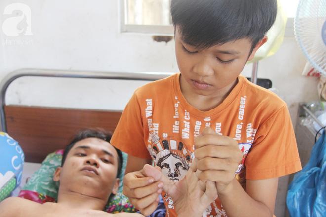 Mẹ bỏ đi lấy chồng, hai đứa trẻ nghỉ học vào bệnh viện chăm sóc anh trai tàn tật, đau đớn không có tiền chữa trị - Ảnh 4.