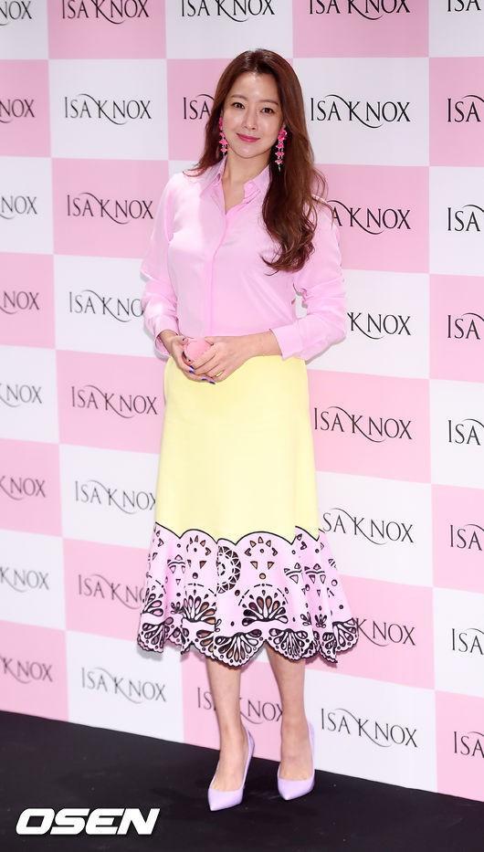 Diện cả cây màu sến còn móng tay thì xanh lè, Kim Hee Sun may vẫn được châm chước nhờ nhan sắc không tuổi - Ảnh 1.