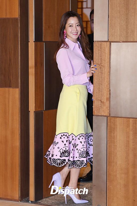 Diện cả cây màu sến còn móng tay thì xanh lè, Kim Hee Sun may vẫn được châm chước nhờ nhan sắc không tuổi - Ảnh 2.